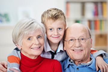 glücklicher junge umarmt oma und opa