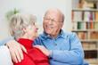 zufriedenes älteres paar schaut sich an