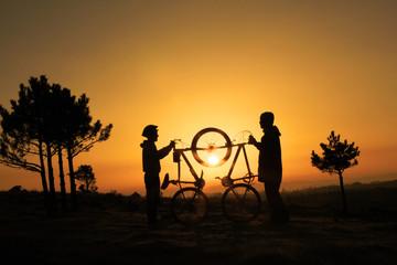 güneş doğarken bisiklet buluşması