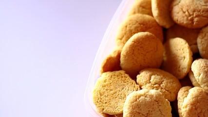 prendere un biscotto