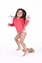 petite fille en culotte au réveil avec son ours en peluche