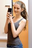 Teenager fotografiert Selfie vor Spiegel poster