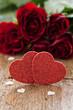 zwei Herzen und Rosen zum Valentinstag