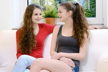 Schwestern auf Sofa