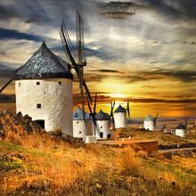Hiszpania Consuegra. wiatraki na zachodzie słońca,