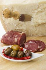 antipasto con foramggio grana olive e salamino