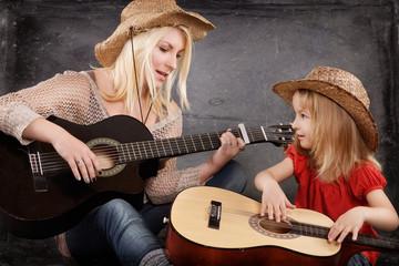 Mutter und Tochter spielen Gitarre
