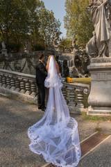 sposi rivolti verso la fontana