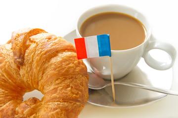 Kaffee mit Milch und Croissant in Frankreich