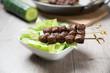 Sojafleisch-Spieße auf Salat