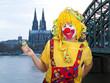 Clown mit Luftschlangen behangen in Köln