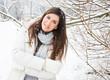 entspannte frau im winter