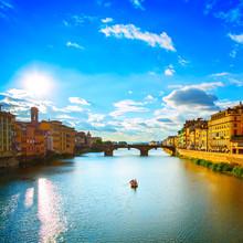 Santa Trinita pont sur le fleuve Arno, le coucher du soleil paysage. Florence,