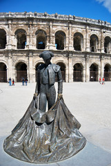 Statue devant Arènes de Nîmes