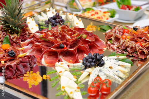 Papiers peints Table preparee Meats and cheese selection