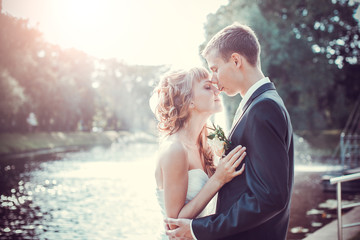 Emocional wedding kiss