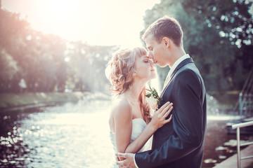 Emocional wedding kiss