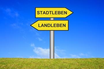 Schild Wegweiser: Stadtleben oder Landleben?