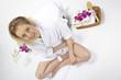 Wellness - Frau entspannt im Schneidersitz (Vogelperspektive)