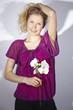Fashion - Junge Frau mit weißer Orchidee und Schatten