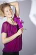 Fashion - Junge Frau mit lila Orchidee und Schatten