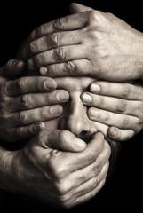 Mani sul volto