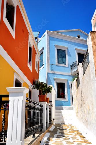 kolorowy-dom-na-wyspie-symi-grecja