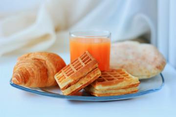 Сок и вафли на завтрак