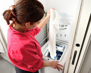Ragazza che usa la lavatrice