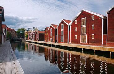Schweden, Hudiksvall, Hafenzeile mit Kanal, Holzh