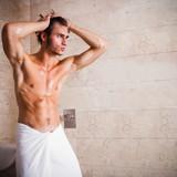 attraktiver Mann in der Dusche