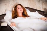 junge Frau beim baden