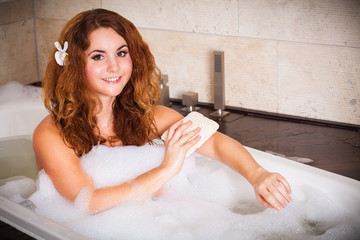 junge brünette Frau beim baden