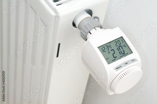 Leinwanddruck Bild Elektronischer Heizungsthermostat  in der Heizphase