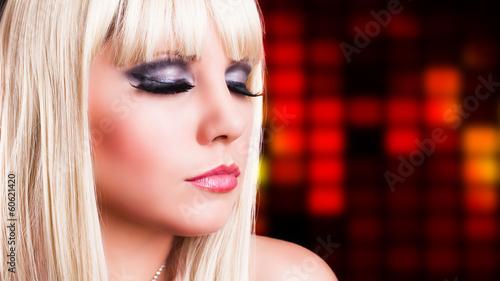 attraktive blonde Frau