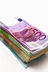 Geldstapel aus verschiedenen Euroscheinen, mit 500 Euro oben