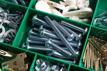 Caja de herramientas con tornillos y clavos