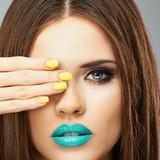 Turkusowe usta i żółte paznokcie - 60631046