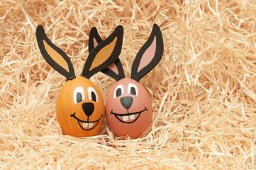 Fröhliche Ostern!, zwei Osterhasen, Grußkarte, plakativ