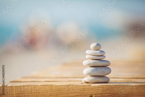 Valokuva zen stones jy wooden banch on the beach near sea. Outdoor