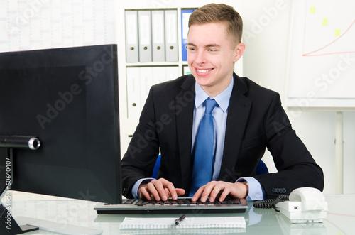 angestellter schreibt am computer