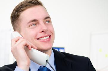 erfolgreicher geschäftsmann telefoniert