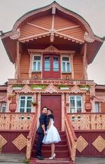 Жених и невеста на ступеньках избы