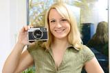 Frau fotografiert Selfie mit Foto-Kamera poster