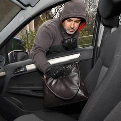 Dieb stiehlt Handtasche aus Auto
