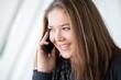 junge Frau mit Smartphone lächeld