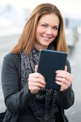 junge Frau fotografiert mit Tablet