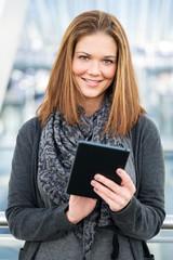 junge Frau benutzt Tablet freundlich
