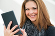 junge Frau bedient Tablet ansprechend