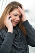 junge Frau telefoniert und diskutiert